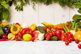 果物と野菜果物や木のテーブルの野菜ボーダーをボーダーします。 の ...