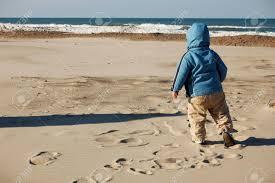 若い子のジャケットを着て、砂浜のビーチの上を歩きます。2008 年に ...