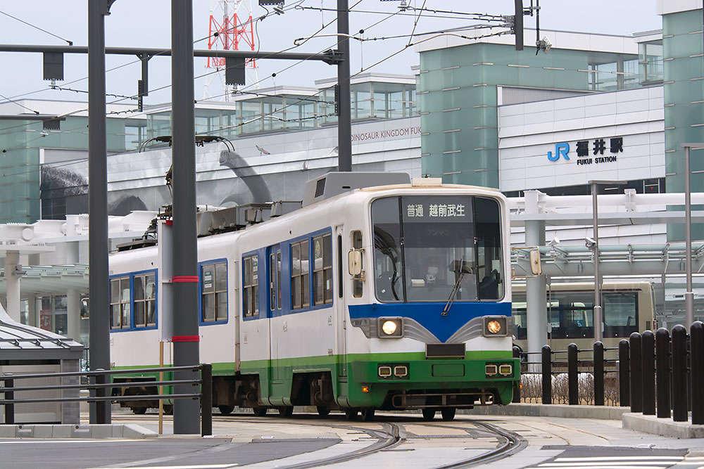 福井鉄道が延伸した福井駅前には、恐竜も登場:達人に訊け!:中日新聞Web