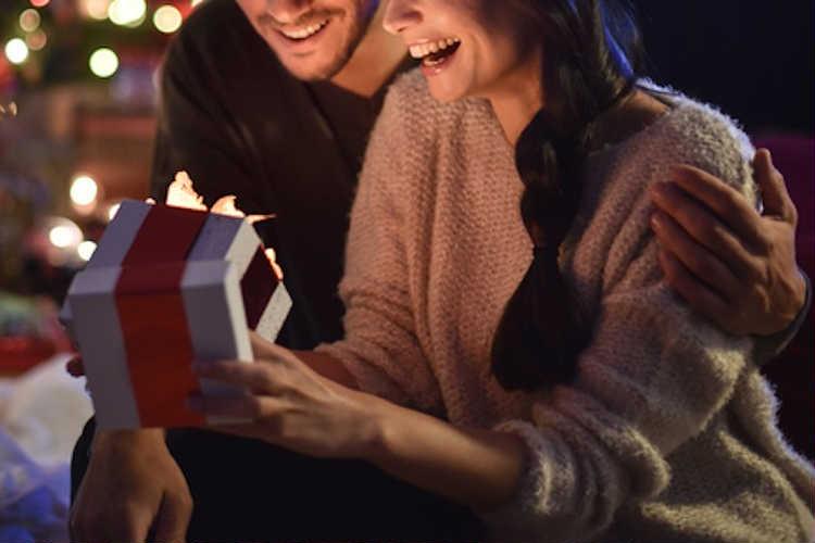 クリスマスのサプライズプレゼント24選!彼氏や彼女が感動する ...