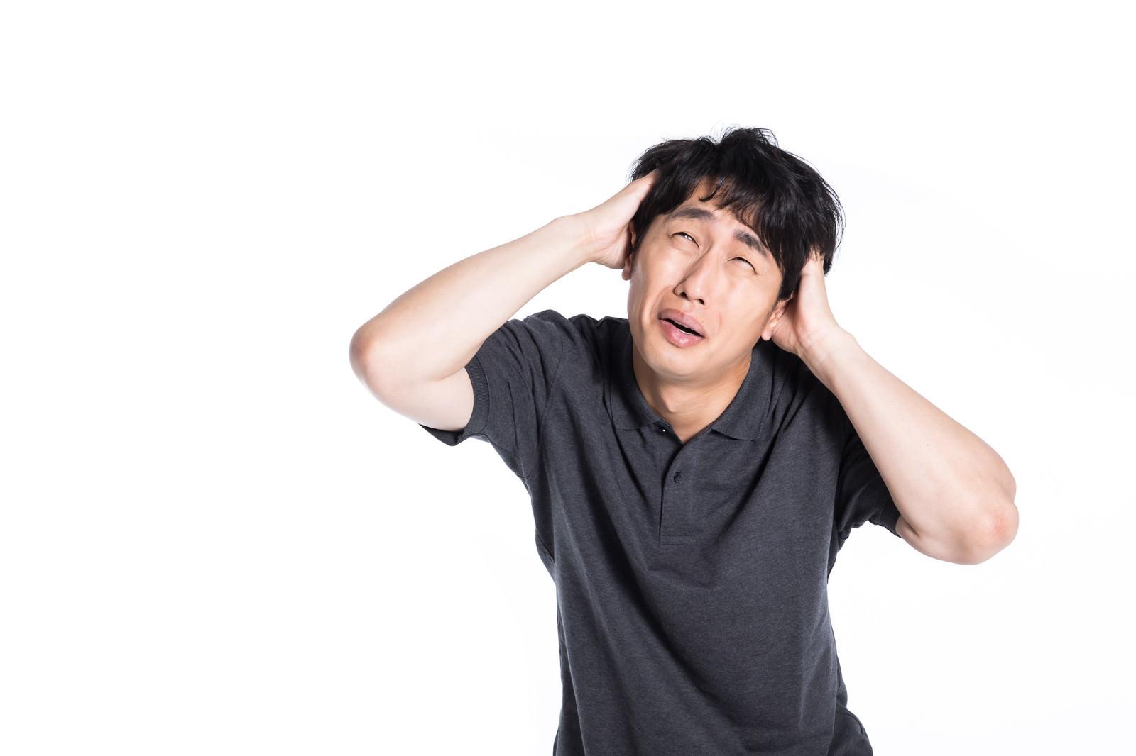 頭を抱えて焦る男性の写真(画像)を無料ダウンロード - フリー素材の ...