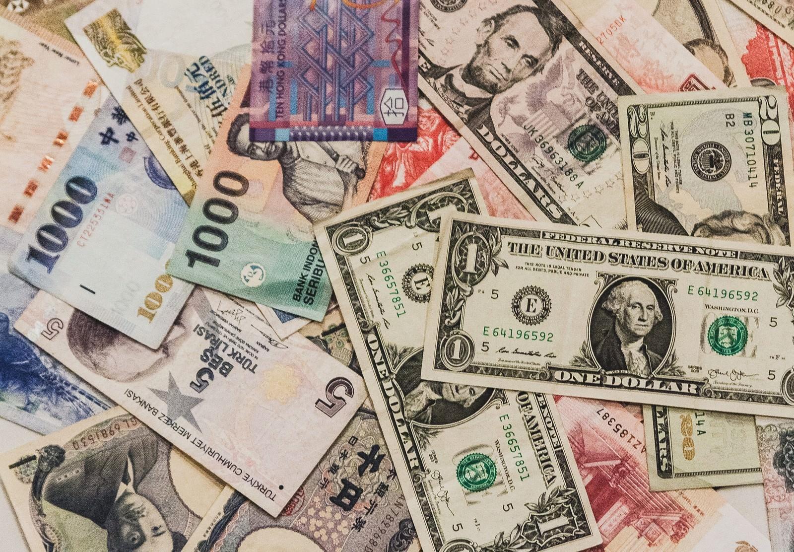 散らばった海外の紙幣の写真(画像)を無料ダウンロード - フリー素材 ...