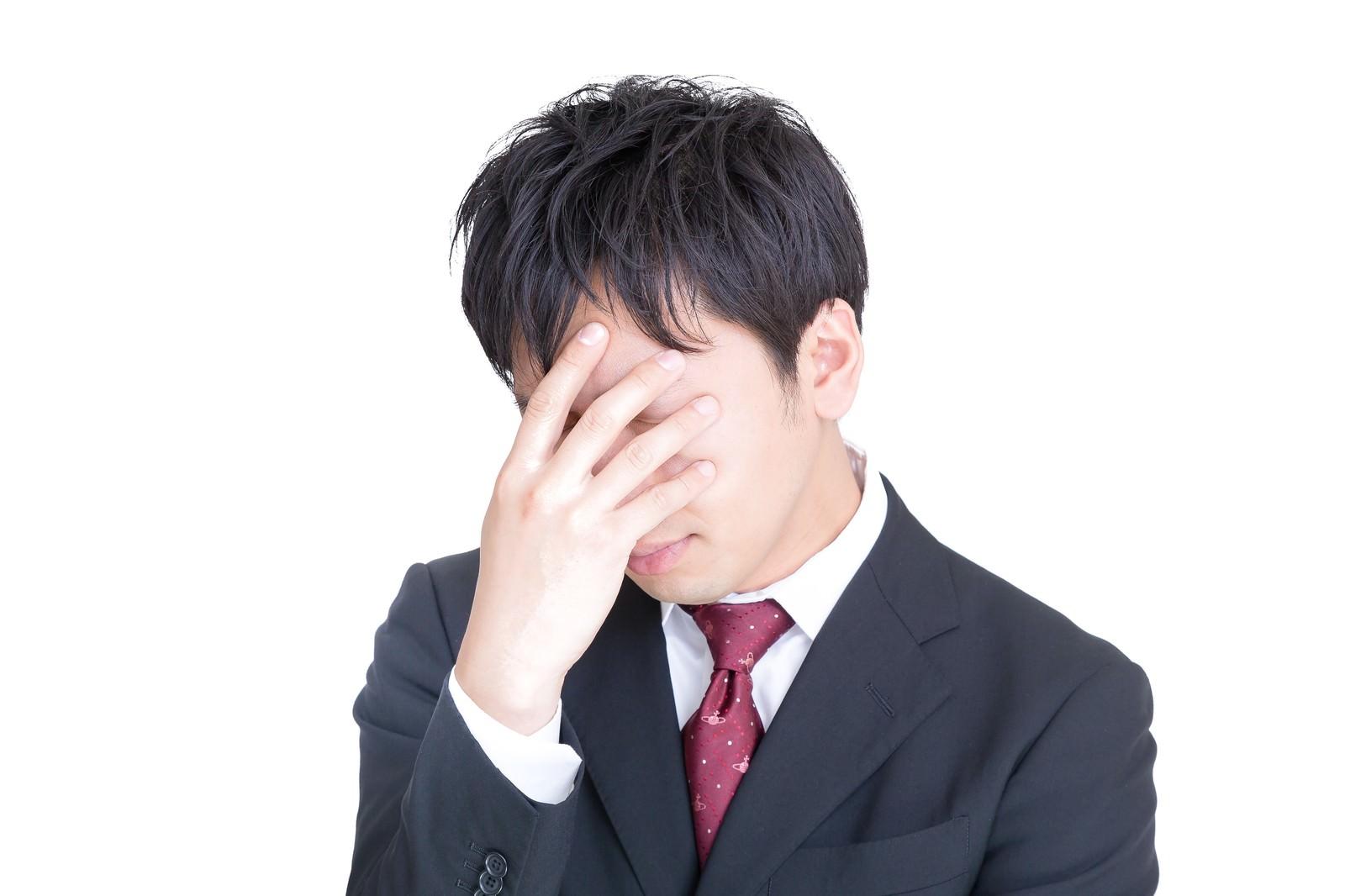 頭を抱えてひどく落ち込む男性の写真(画像)を無料ダウンロード ...