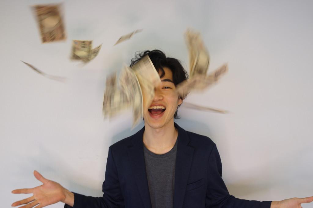 フリー画像素材】笑顔でお金をばらまく男性 – フリー素材のAPhoto ...