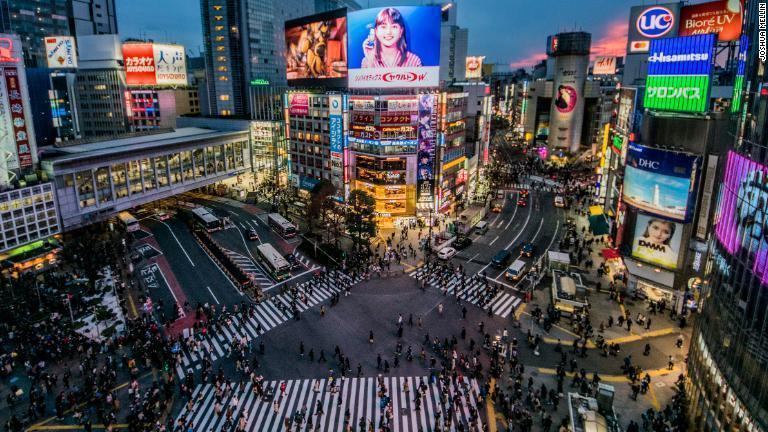 CNN.co.jp : 渋谷スクランブル交差点――世界で最もワイルドな交差点に ...