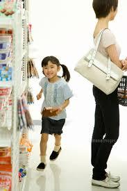 コンビニ店内を走る女の子[28053000181]の写真素材・イラスト素材 ...