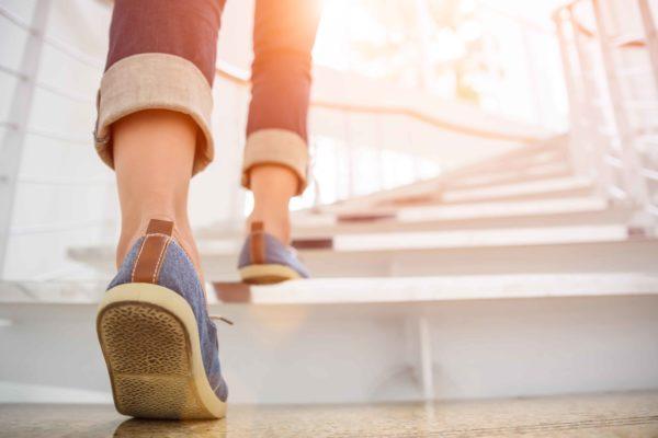 階段を踏み外して落下したことある? 男性よりも女性が圧倒的に多い ...