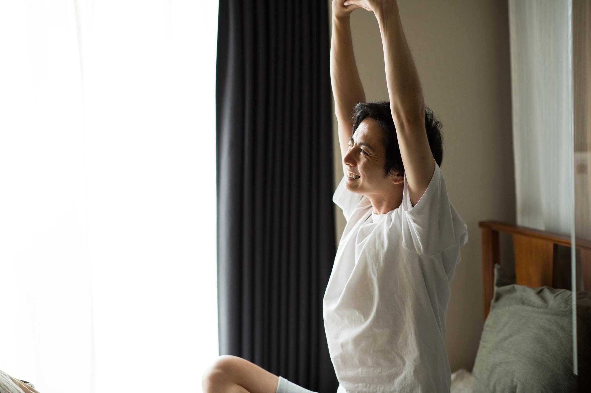 超簡単!朝の寝起きに頭と体をシャキッとさせる1分間のストレッチ