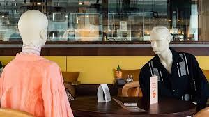 マネキンと相席してソーシャルディスタンスを保てるレストランが登場 ...