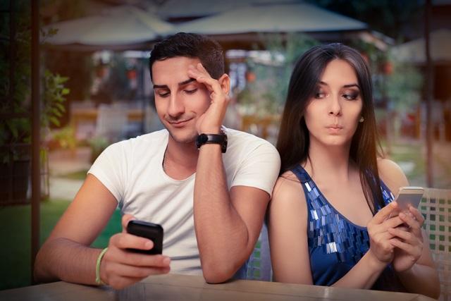 恋人の携帯電話を見るor見ない? それぞれの持つ理由 | みんなの ...