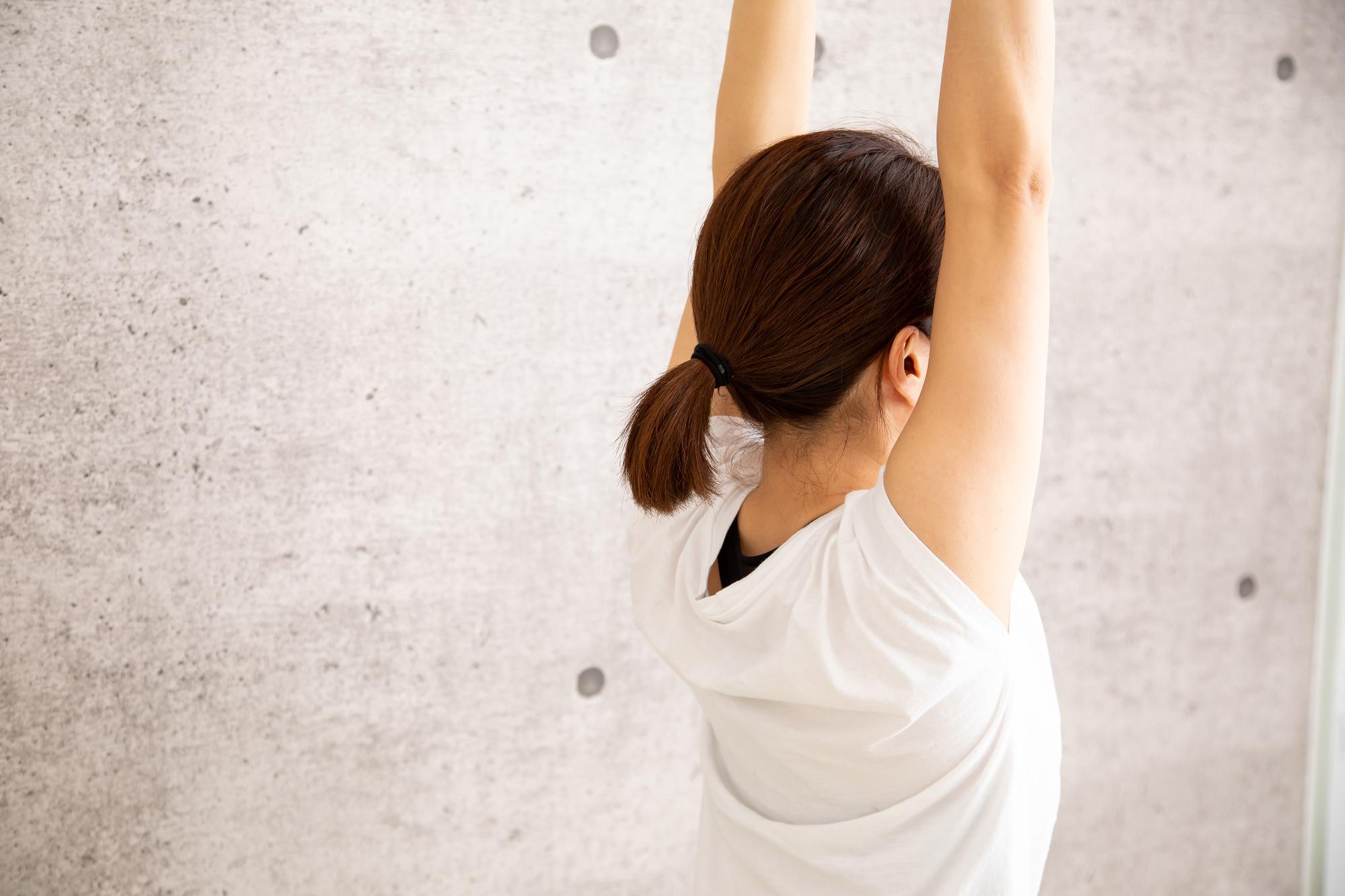 背中のコリをすぐに解消! 理学療法士直伝ストレッチ | ハルメク美と健康