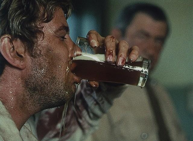 酒で破滅する男の闇映画「荒野の千鳥足」公開初日は劇場でビール飲み ...