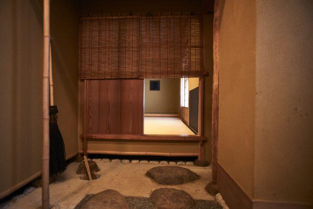 茶室の入り口が狭い理由は?間取りの意味を知ったら、茶の湯の作法が ...