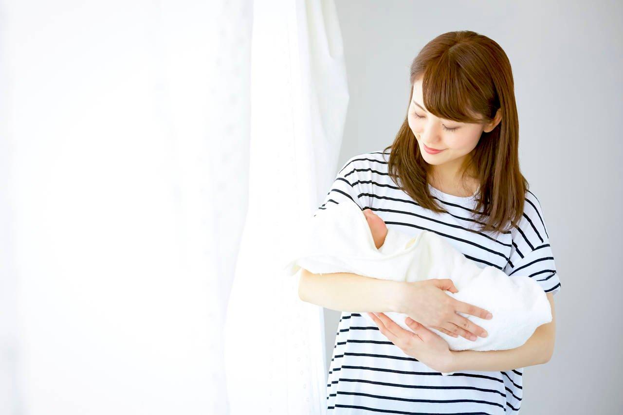 赤ちゃんを抱っこすると得られる効果とは?抱っこ方法と注意点を紹介 ...
