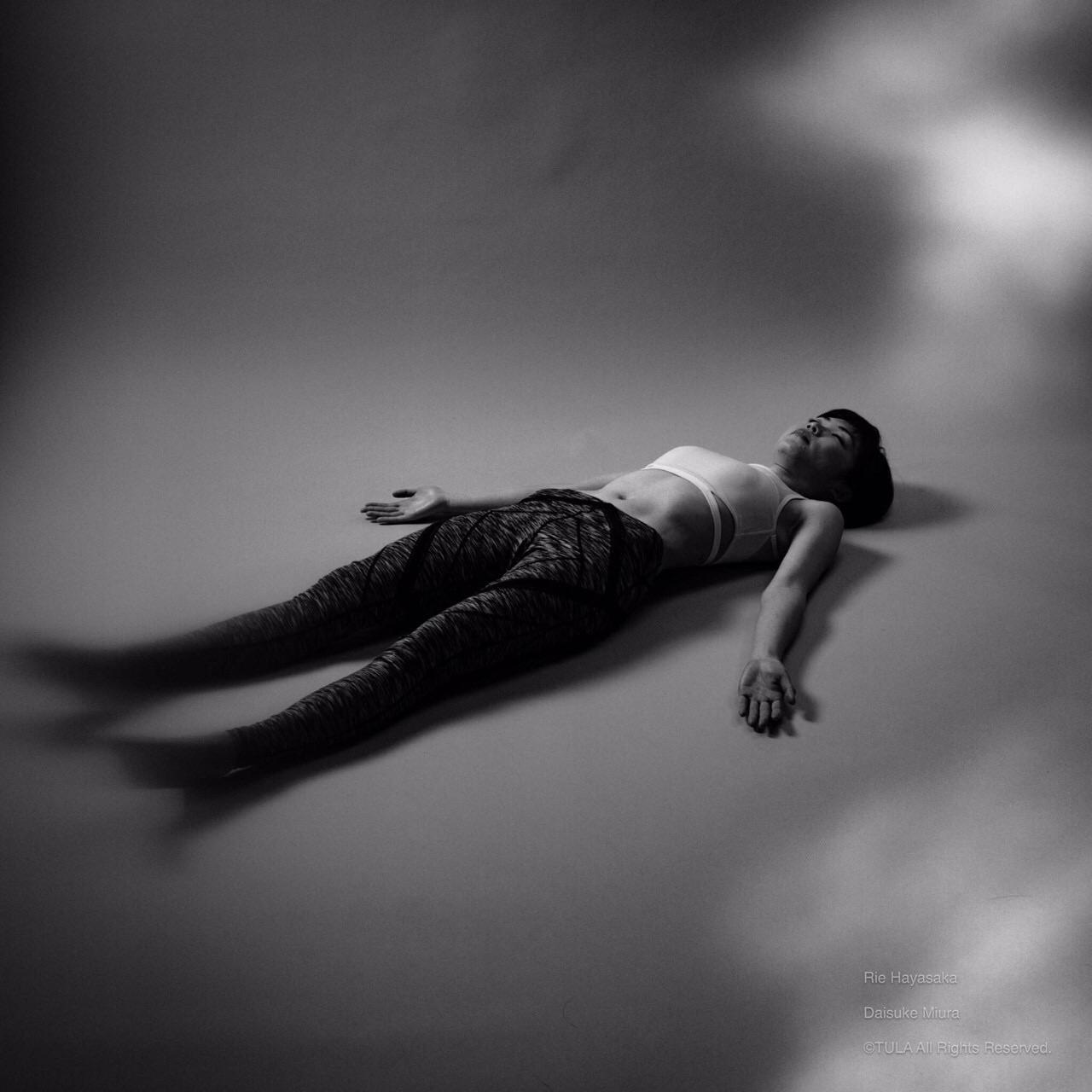 屍のポーズ / 亡骸のポーズ(シャヴァーサナ)の進め方と効果 | TULA