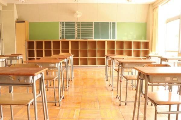 教室B】学生時代にタイムスリップしたかのうような廃校の教室で撮影