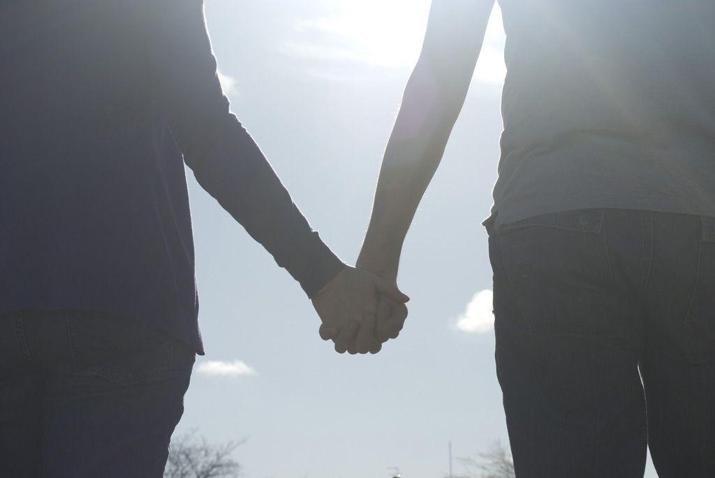フリー画像素材] 人物, カップル / 夫婦 / 恋人, 二人, 手をつなぐ ID ...