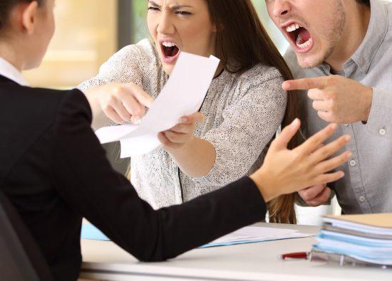 謝れ!SNSで晒すぞ!」…悪質クレーマー増加の根本原因 | 日刊SPA!