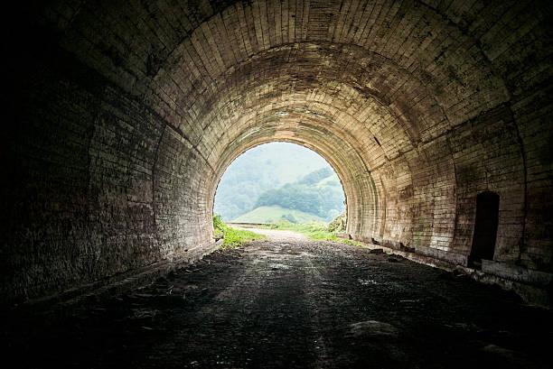 トンネル 出口のストックフォト - iStock