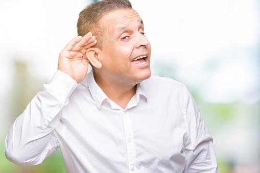 中年アラブエレガントな男の噂やゴシップに耳を傾けて聞いて手で笑って ...