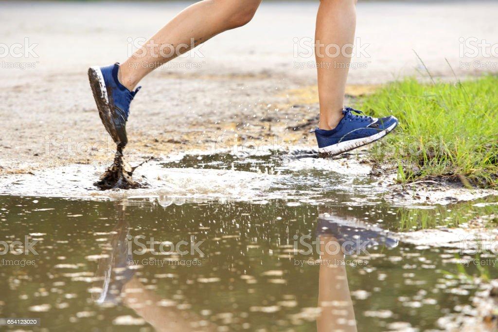 泥の中を走る女性ランナーの足 - 1人のストックフォトや画像を多数ご ...