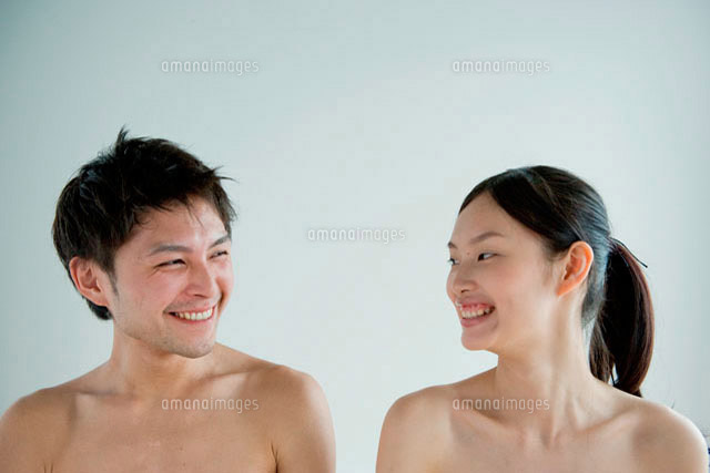 上半身裸で横に並び笑い合う20代の男女[10161001355]の写真素材 ...
