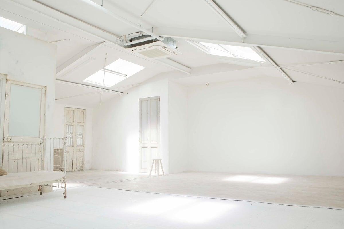 自然光が降り注ぐ白を基調にした自然光レンタルハウススタジオ studio ...