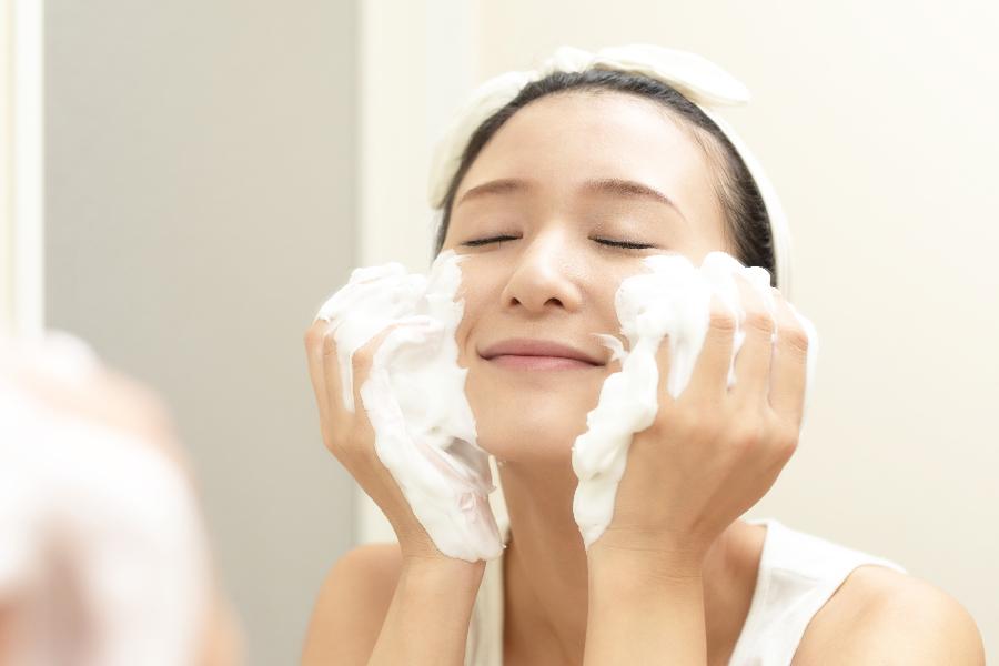 1日の最適な洗顔の回数は?|年齢に負けないスキンケアコラム-DUO運営