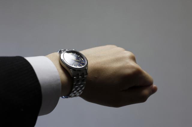 男性は腕時計を左右どちらにつけるのが普通なの?メリット・デメリットは?