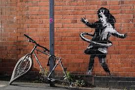 バンクシーが自転車のタイヤで遊ぶ少女を描く | HYPEBEAST.JP