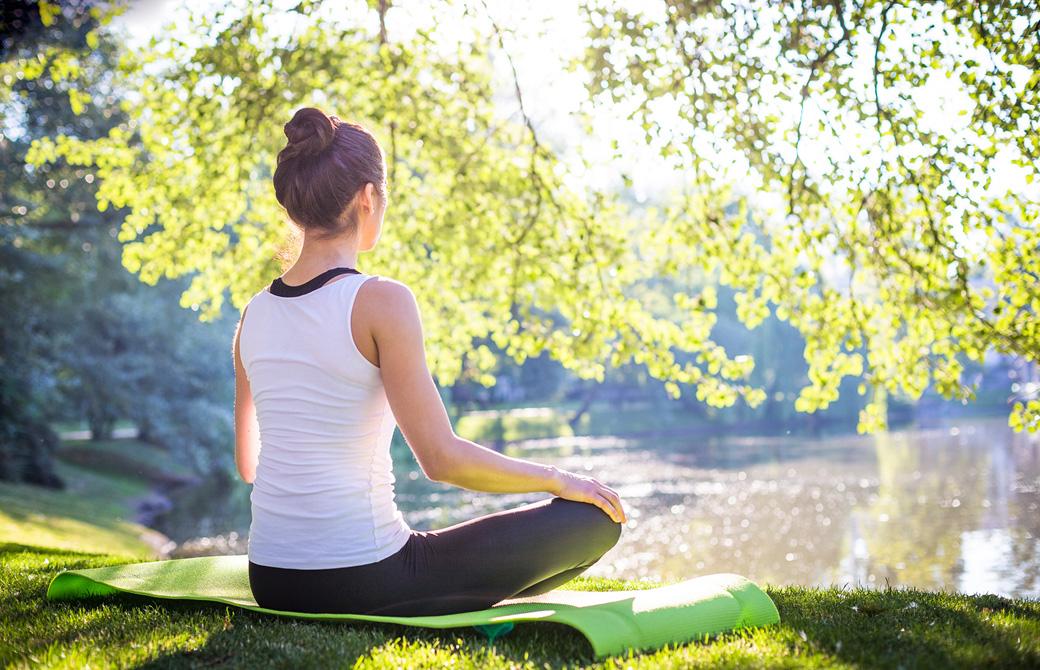 木漏れ日の下、湖に向って瞑想をする女性の後ろ姿 mentalhealth ...