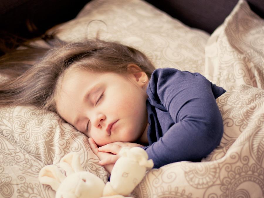 フリー写真] 布団に入って眠っている外国の女の子でアハ体験 - GAHAG ...