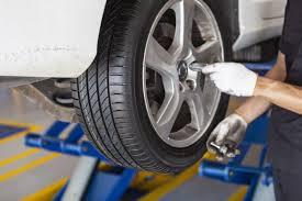 フリー写真] 車のタイヤを外す自動車整備士でアハ体験 - GAHAG | 著作 ...