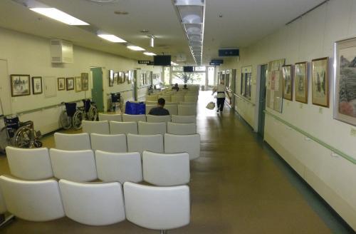 誰もいない 休日の病院待合室 : 松阪市議会議員☆山本節