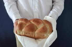フリー写真] パン職人が持つ焼き立てのパン - パブリックドメインQ ...