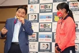 名古屋市長、選手の金メダルかむ SNSなどで批判殺到:時事ドットコム