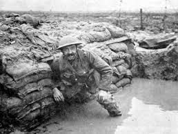 第1次世界大戦中、水びたしの塹壕(ざんごう)で戦…:第1次世界大戦 ...