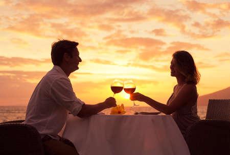 カップルはビーチでロマンチックなサンセット ディナーを共有 の写真 ...