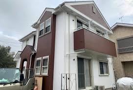 屋根ひび割れ補修し、汚れに強い塗料で白×茶ツートンに外壁塗装で ...