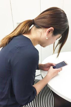 首・肩の凝りや代謝ダウンを招く「スマホ巻き肩」が働く女性に急増中 ...
