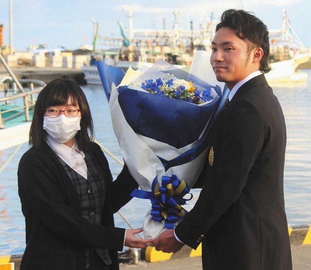 日本ハム1位 『漁師の子』伊藤大海 「第二の故郷」苫小牧の海で誓った ...