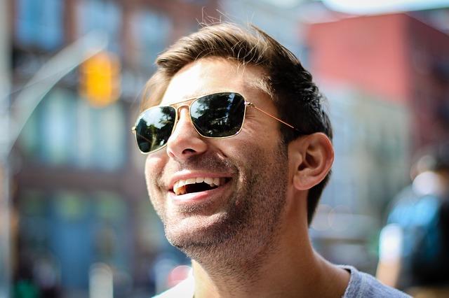 よく笑う男性は好意の表れ?脈ありのサインかも!心理・特徴と脈ありの ...