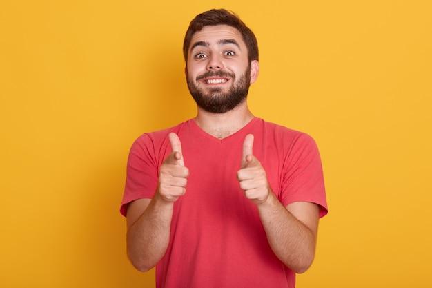 ハンサムな笑みを浮かべて現代人の写真は両方の親指でokの標識を示す ...