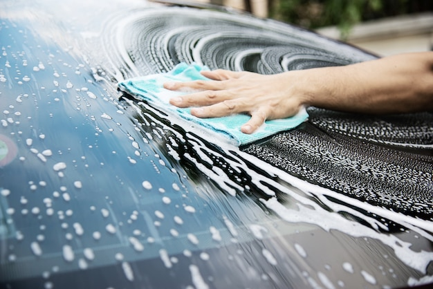 シャンプーを使って男洗車 | 無料の写真