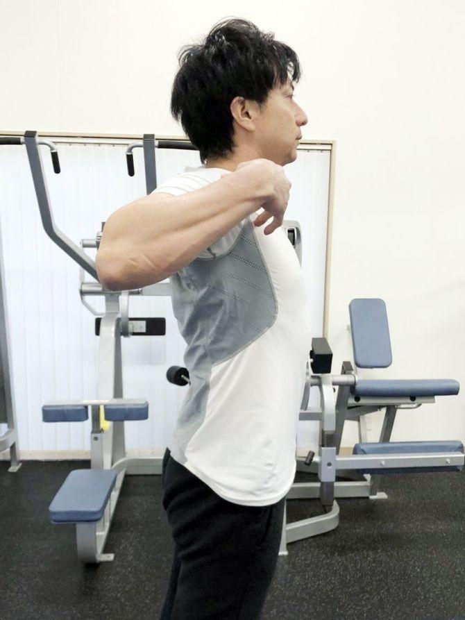 3)菱形筋のストレッチ。後ろで手を組み、胸を張ってゆっくり息を吸い ...