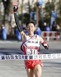 12年ぶり3度目の優勝を決め、指を突き上げる富士通のアンカー・浦野 ...
