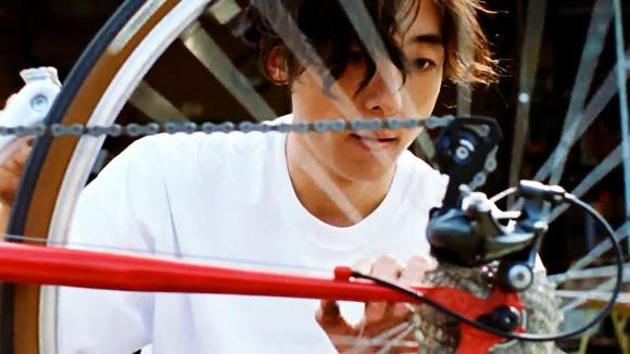キリン生茶のCMで高橋一生が自転車メンテ!「大人になってから自転車が ...