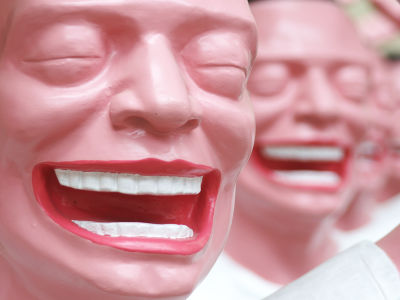 喜劇を見に行ったカップル、笑いすぎで退場させられる - GIGAZINE