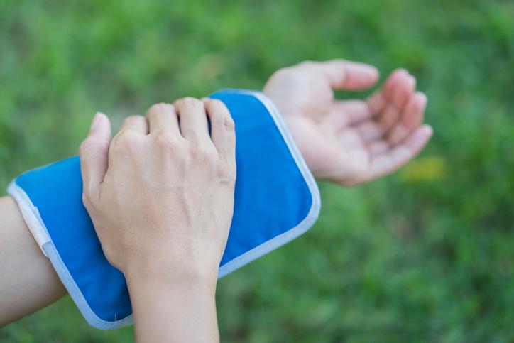 スポーツ時の打撲・捻挫・突き指はアイシングで応急処置を。患部を ...