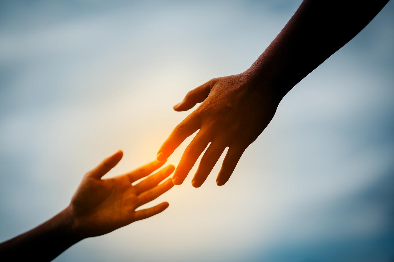 慣用句】「手を差し伸べる」の意味や使い方は?例文や類語を元広報紙 ...